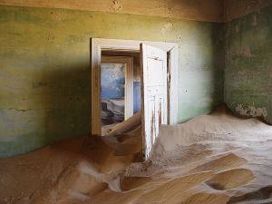 ob_97e8c6_800px-kolmanskop-sand