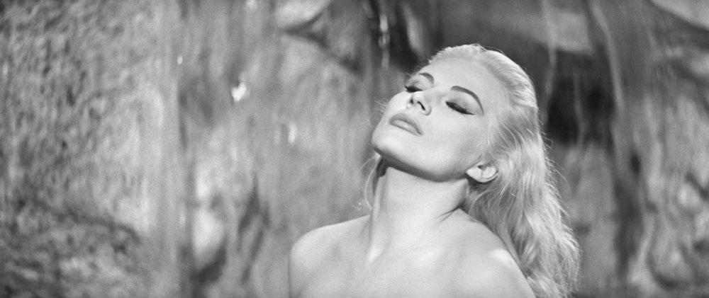 Prod DB © Pathe - Riama Film / DR LA DOUCEUR DE VIVRE (LA DOLCE VITA) de Federico Fellini 1960 ITA / FRA Anita Ekberg classique, culte, fontaine, pulpeuse, glamour, decollete, Rome, italie, fontaine de Trevi